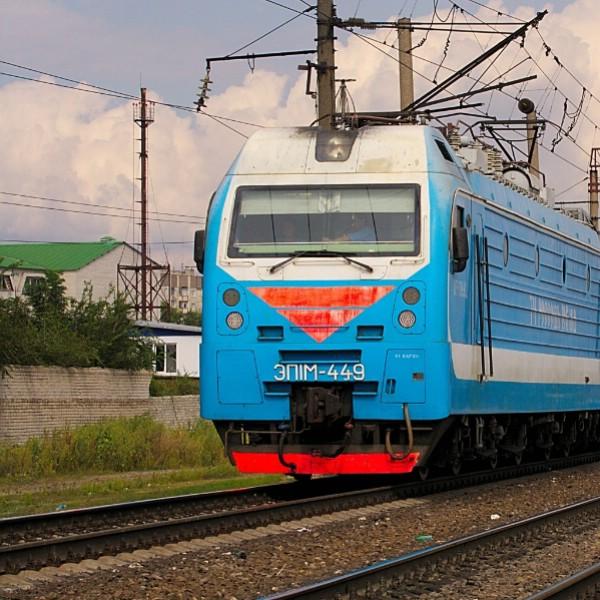 Поезд на дороге